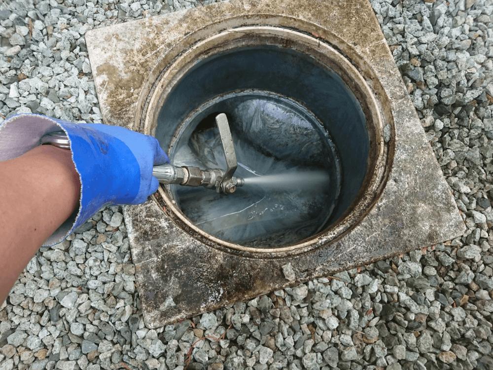 雑排水マス・配水管高圧洗浄作業の様子